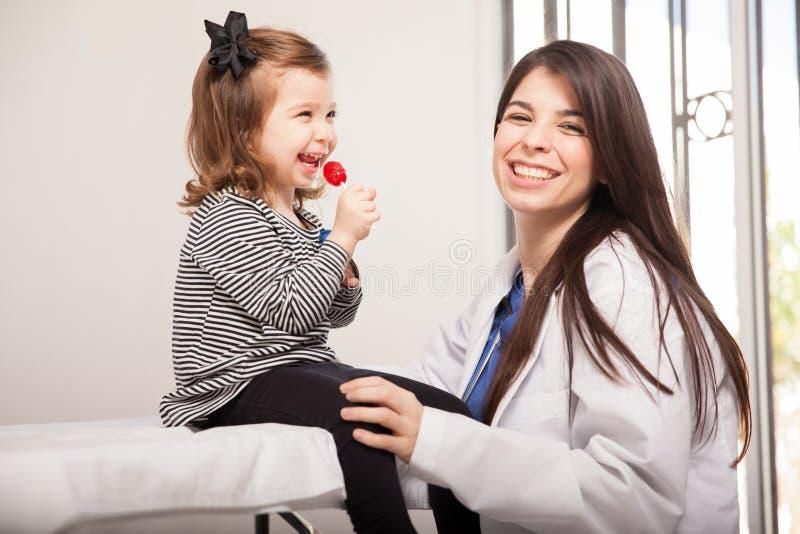 Muchacha feliz con su pediatra fotos de archivo