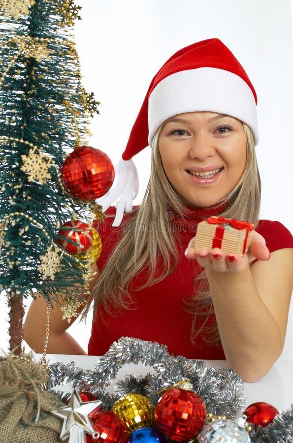 muchacha feliz con un regalo fotos de archivo libres de regalías