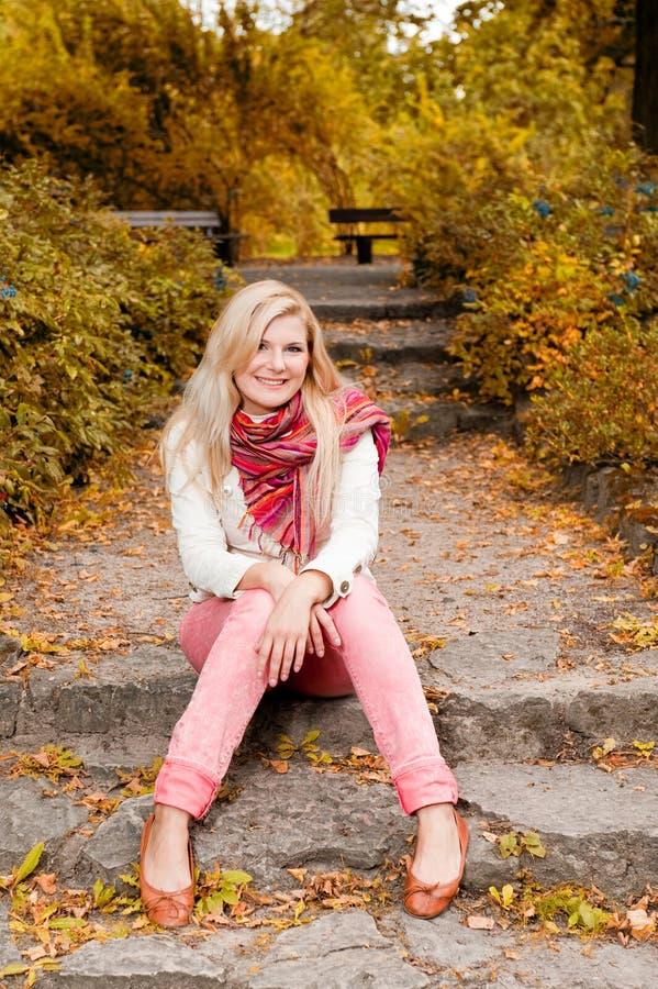 Muchacha feliz de Beautifull en un parque del otoño fotos de archivo