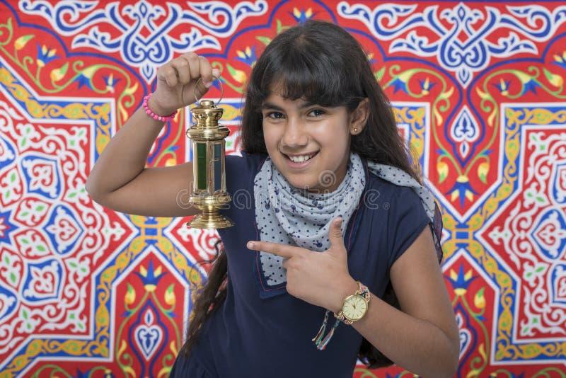 Muchacha feliz de la belleza con la linterna que celebra el Ramadán