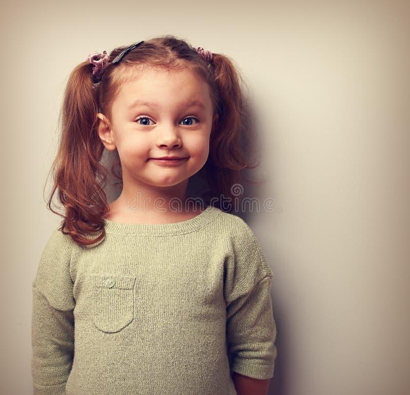 Muchacha feliz de la diversión que mira con sonrisa Felicidad en niñez foto de archivo