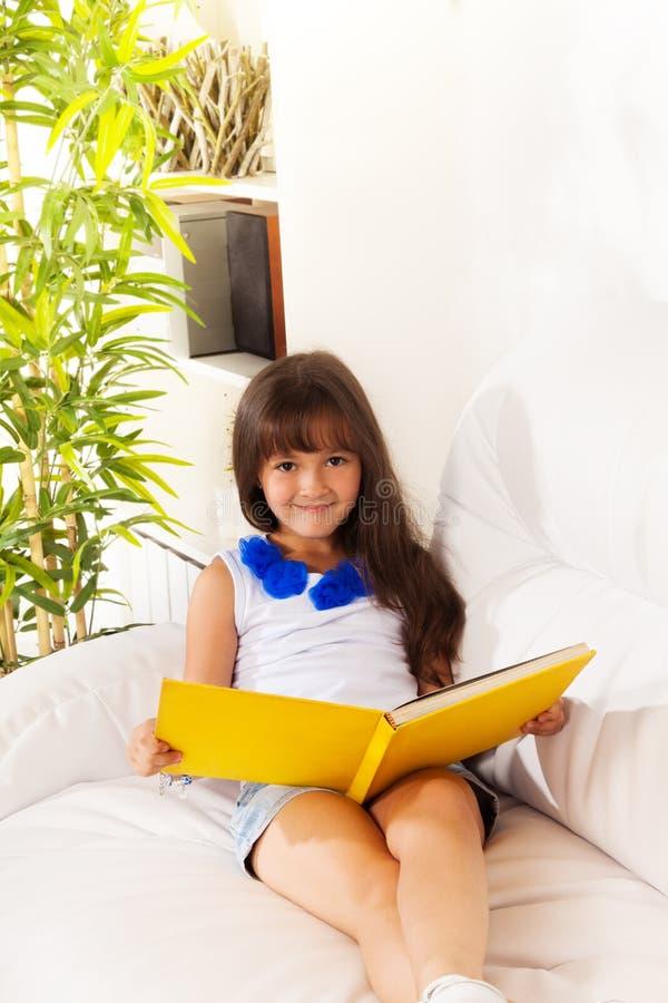 Muchacha feliz de la lectura fotos de archivo libres de regalías