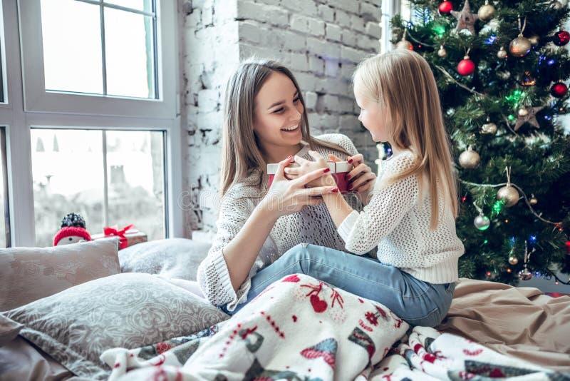 Muchacha feliz de la madre y del niño con la caja de regalo fotografía de archivo libre de regalías