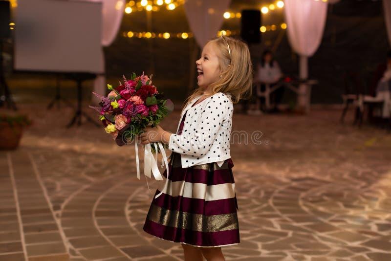 Muchacha feliz de risa con el ramo nupcial fotografía de archivo libre de regalías