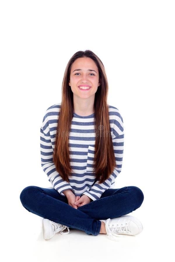 Muchacha feliz del adolescente que se sienta en el suelo imagen de archivo libre de regalías