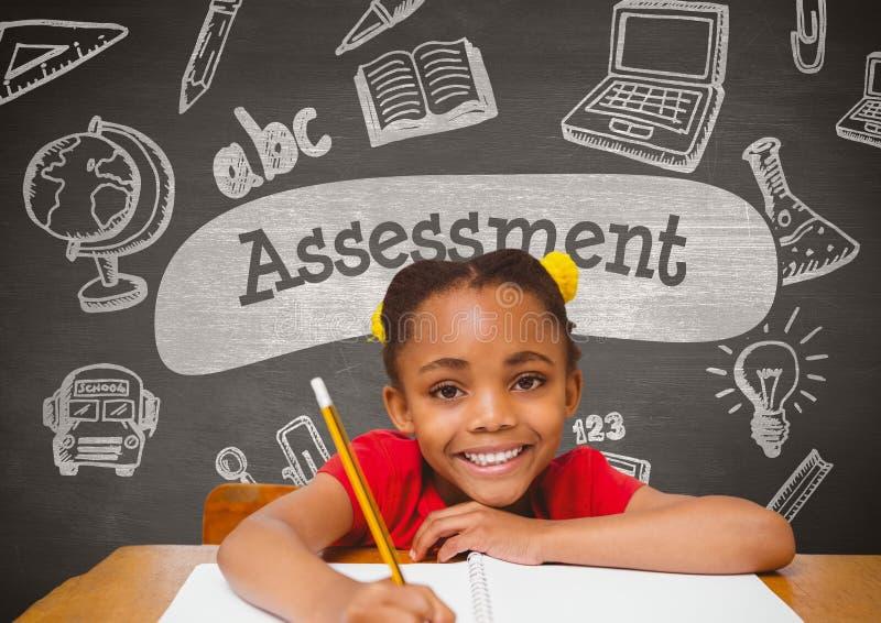 Muchacha feliz del estudiante en la tabla contra la pizarra gris con el texto y educación y escuela GR de la evaluación imagenes de archivo