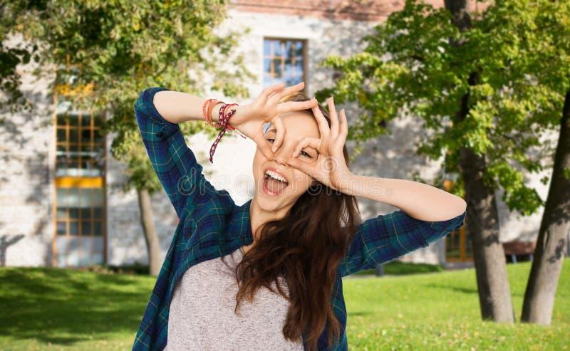 Muchacha feliz del estudiante que hace la cara y que se divierte imagen de archivo