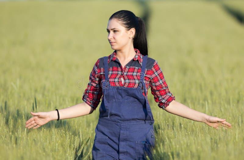 Muchacha feliz del granjero en campo de trigo foto de archivo