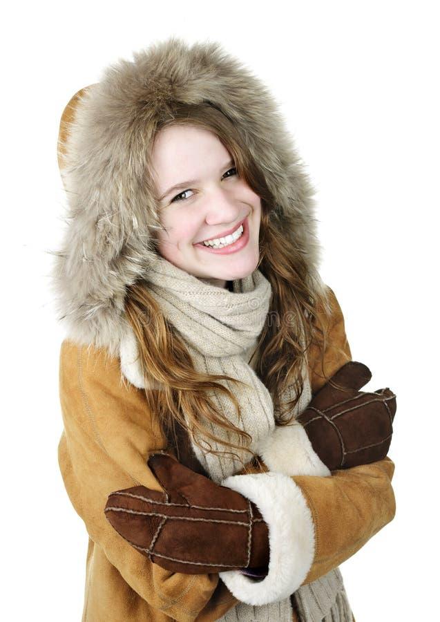 Muchacha feliz del invierno en capo motor foto de archivo