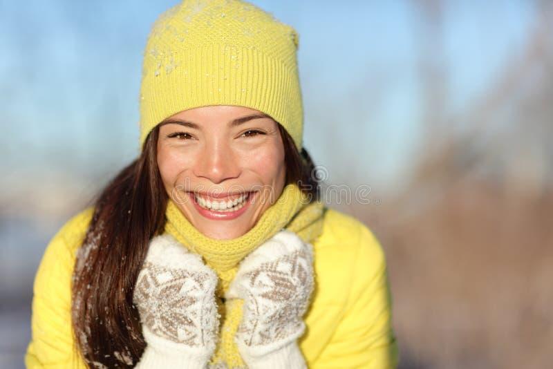 Muchacha feliz del invierno que ríe divirtiéndose en nieve foto de archivo