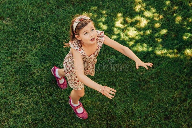 Muchacha feliz del muchacho que juega en parque del verano imagenes de archivo