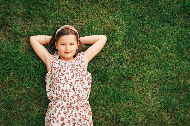 Muchacha feliz del muchacho que juega en parque del verano fotos de archivo