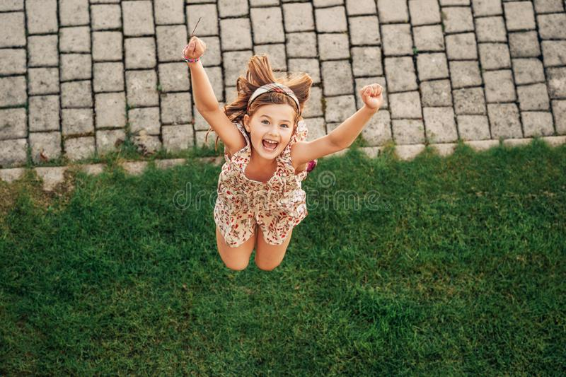 Muchacha feliz del muchacho que juega en parque del verano fotografía de archivo