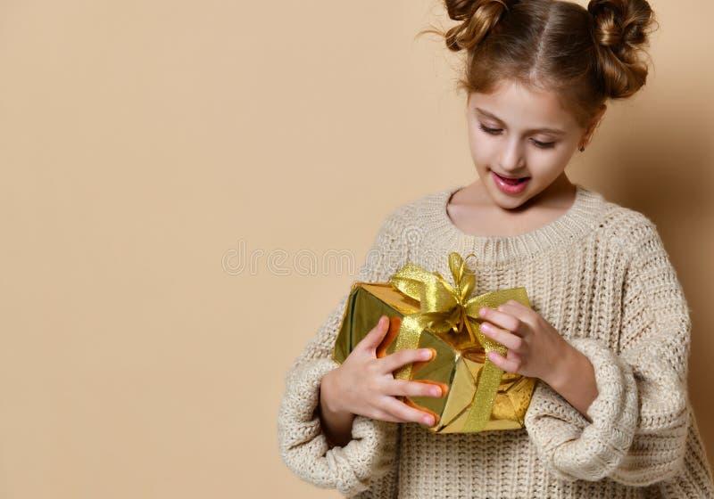 Muchacha feliz del niño con la caja de regalo fotografía de archivo libre de regalías