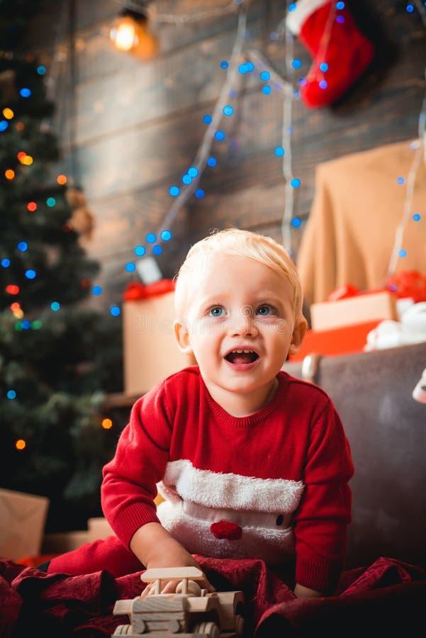 Muchacha feliz del niño con un regalo de la Navidad Niño de la Navidad Los deseos de la Navidad vienen verdad si usted cree fotos de archivo libres de regalías