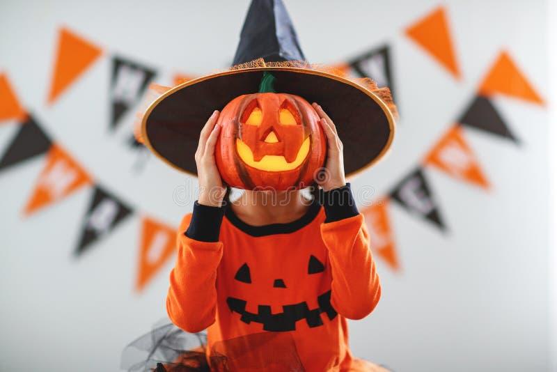 Muchacha feliz del niño en traje de la calabaza a Halloween fotos de archivo