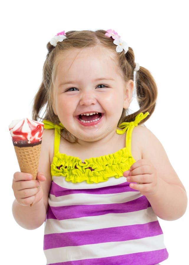 Muchacha feliz del niño que come el helado imagen de archivo