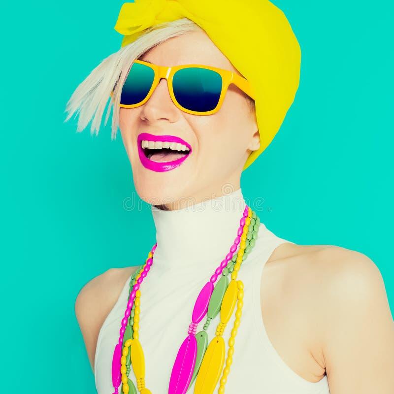 Muchacha feliz del verano en accesorios brillantes de moda imagen de archivo