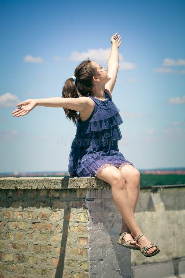 Muchacha feliz el día de verano del tejado imagen de archivo libre de regalías
