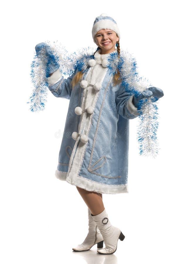 Muchacha feliz en capa virginal de la nieve con oropel imagenes de archivo