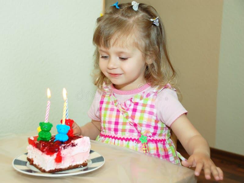 Muchacha feliz en cumpleaños imagen de archivo