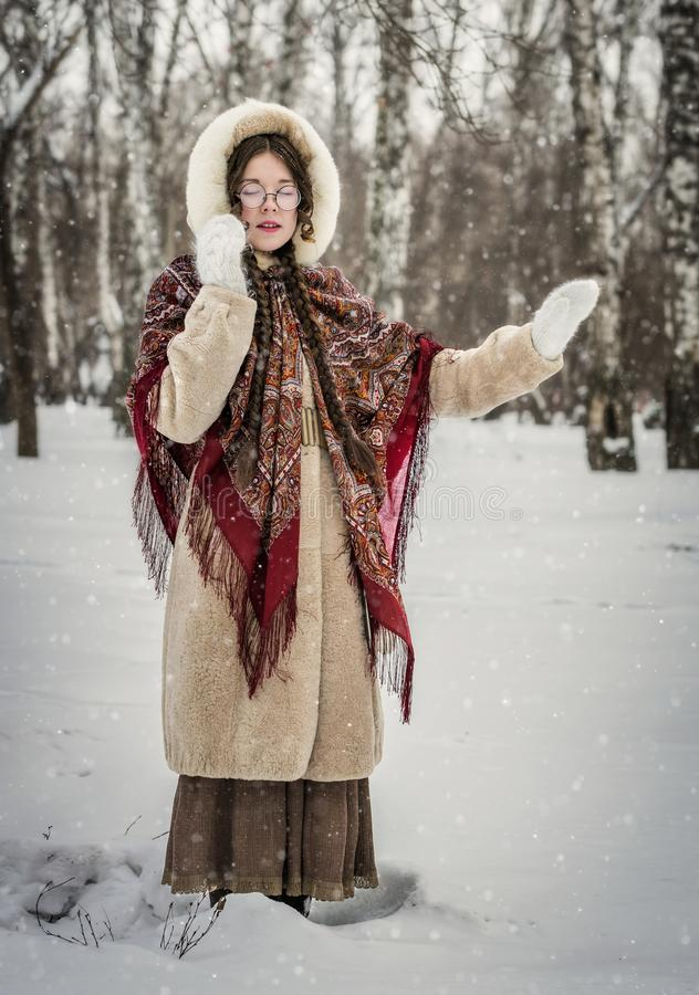 Muchacha feliz en día de invierno frío al aire libre en un parque nevoso fotos de archivo libres de regalías