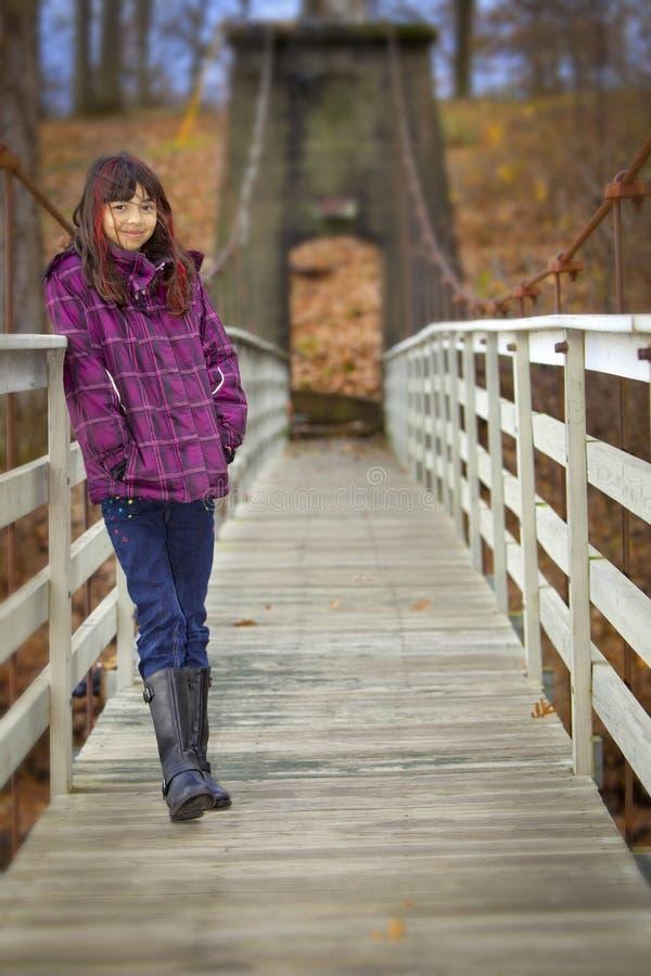 Muchacha feliz en el puente de madera fotos de archivo