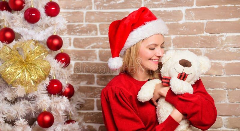 Muchacha feliz en el sombrero de Papá Noel Mujer sonriente que celebra la Navidad Partido del Año Nuevo Feliz Navidad y Feliz Año imagen de archivo libre de regalías