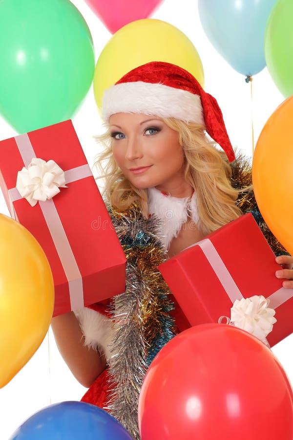 Muchacha feliz en el sombrero rojo de Papá Noel que sostiene la caja de regalo fotografía de archivo