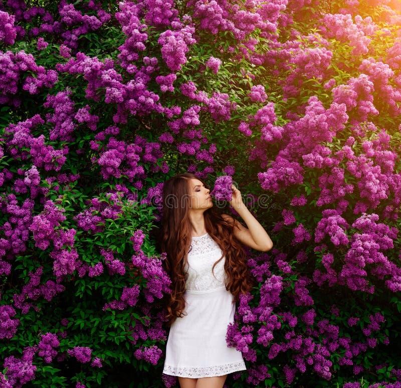 Muchacha feliz en fondo de las flores fotografía de archivo