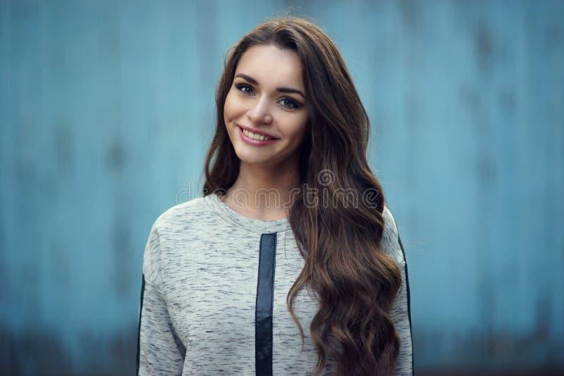 Muchacha feliz en hoodie foto de archivo