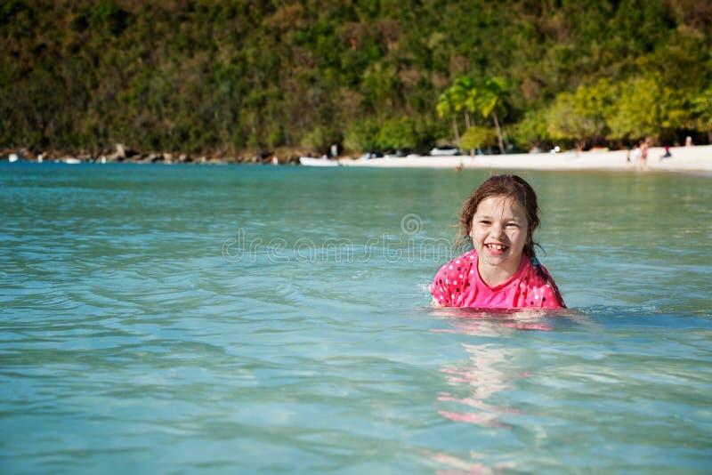 Muchacha feliz en la playa tropical imágenes de archivo libres de regalías