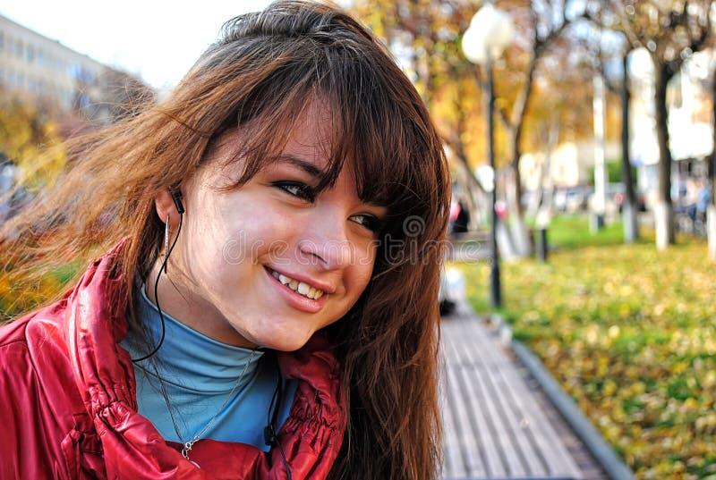 Muchacha feliz en parque del otoño fotografía de archivo libre de regalías