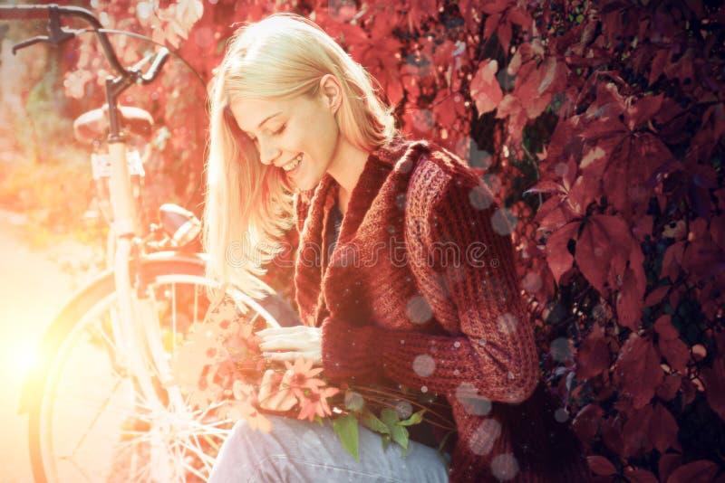 Muchacha feliz en paseo del oto?o Muchacha rubia sonriente feliz hermosa con el pelo largo que lleva la chaqueta elegante que pre imagen de archivo libre de regalías