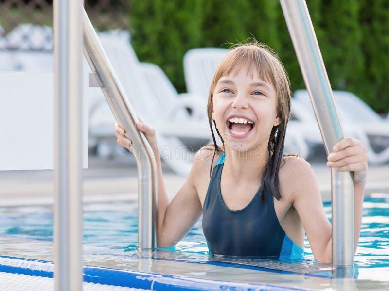 Muchacha feliz en piscina foto de archivo