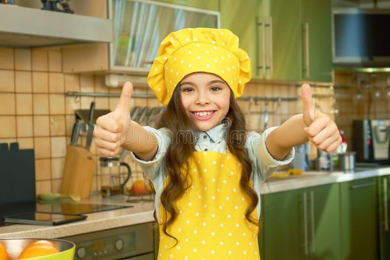 Muchacha feliz en uniforme del cocinero fotografía de archivo libre de regalías