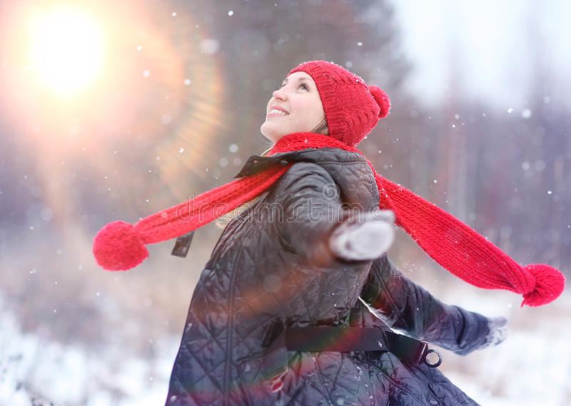 muchacha feliz funcionada con en bosque del invierno fotos de archivo