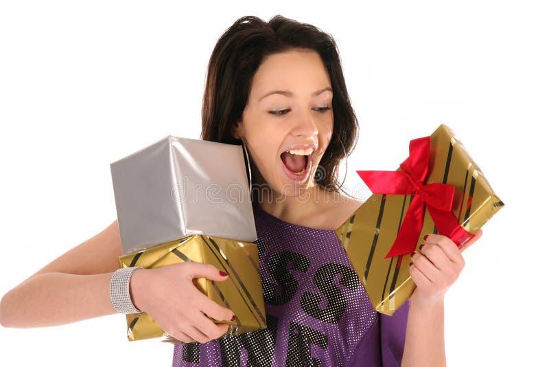 Muchacha feliz hermosa con regalos imagen de archivo