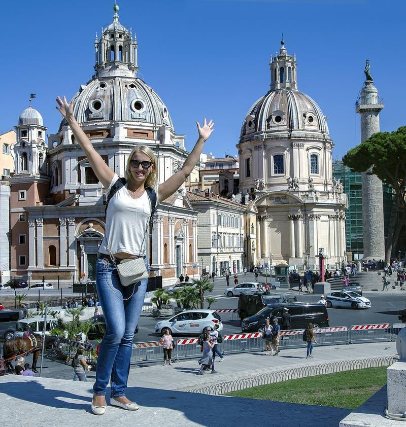 Muchacha feliz hermosa en fondo las bóvedas Santa Maria di Loreto fotos de archivo libres de regalías