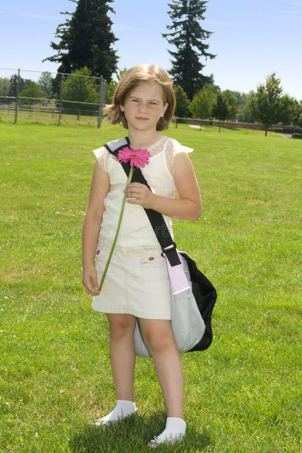 Muchacha feliz a ir a la escuela imágenes de archivo libres de regalías
