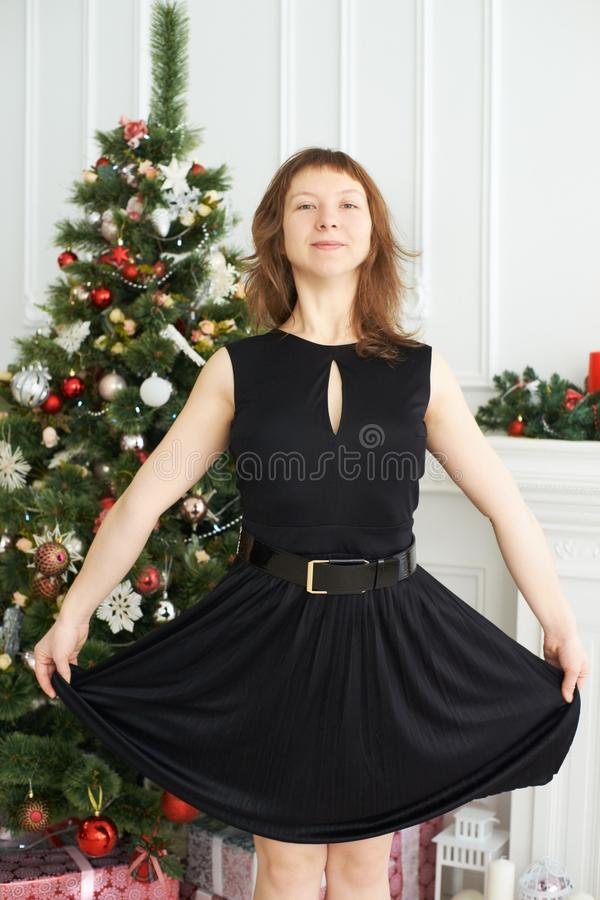 Muchacha feliz joven Alineada negra Interior de la Navidad Árbol de navidad fotos de archivo
