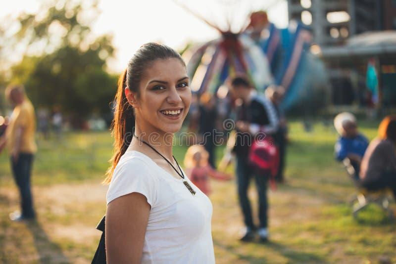 Muchacha feliz joven en el funfair foto de archivo libre de regalías