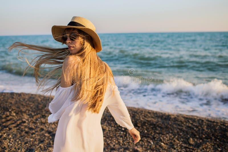 Muchacha feliz joven que se divierte en la playa imágenes de archivo libres de regalías