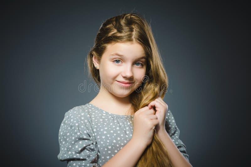 Muchacha feliz Niño hermoso del retrato del primer que sonríe en gris foto de archivo