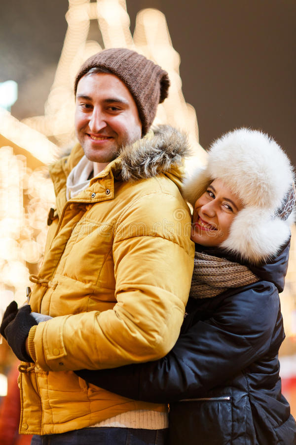 Muchacha feliz que abraza al hombre querido fotos de archivo