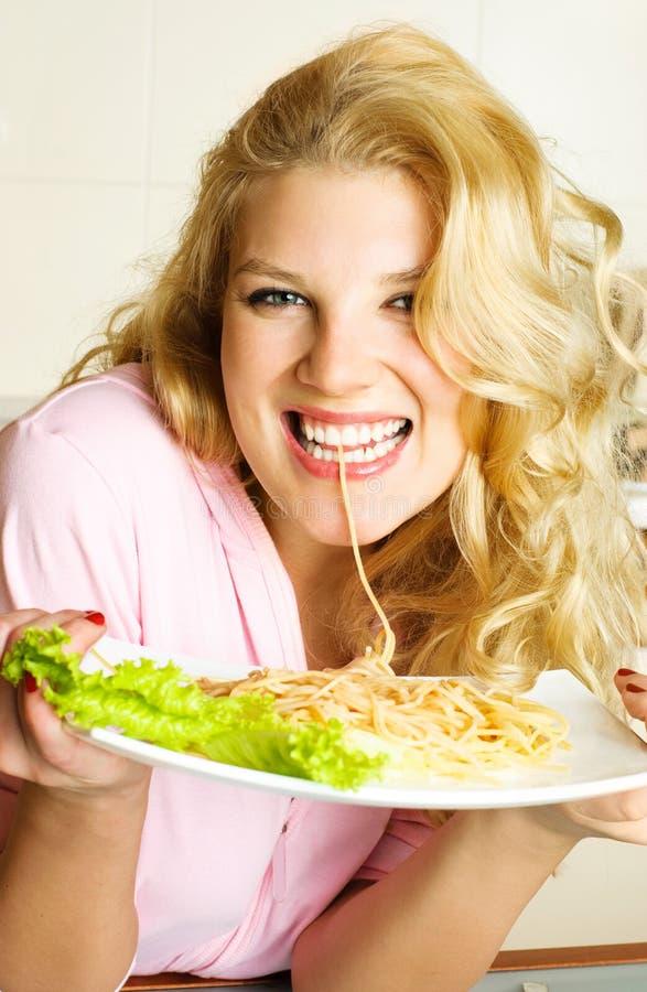 Muchacha feliz que come el espagueti fotos de archivo libres de regalías