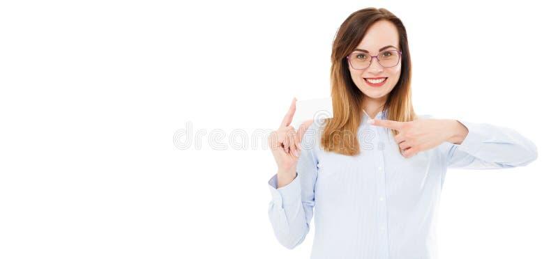 Muchacha feliz que detiene mofa de la tarjeta en blanco y que señala en ella con su mano en el aislamiento fotografía de archivo libre de regalías