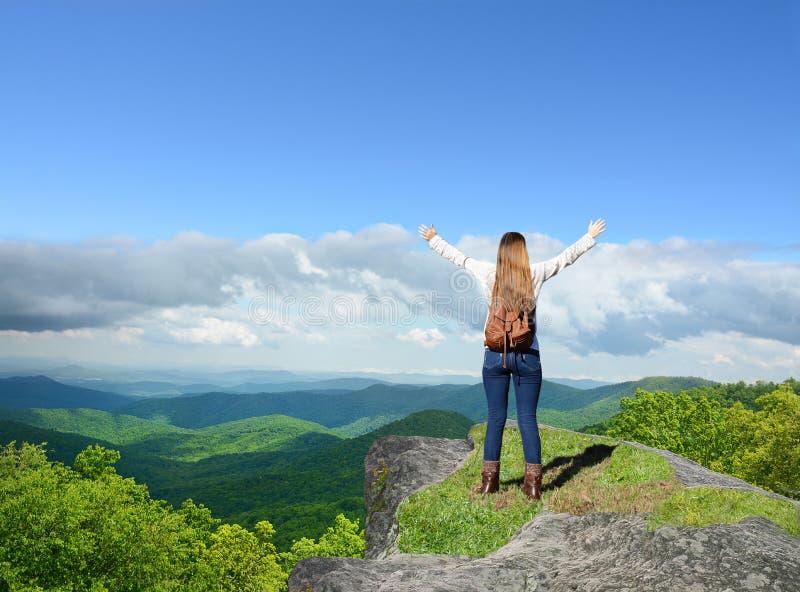 Muchacha feliz que disfruta de tiempo en viaje de la montaña fotos de archivo libres de regalías