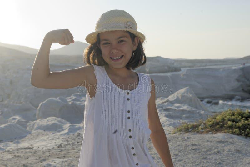 Muchacha feliz que dobla los músculos imágenes de archivo libres de regalías