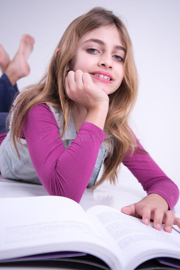 Muchacha feliz que lee el libro fotos de archivo libres de regalías